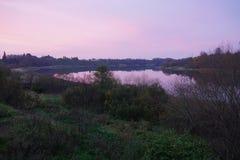 Rosa afton i den Volchov floden royaltyfria foton