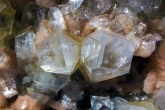 Rosa Amethystkristalle und andere Kristalle Lizenzfreie Stockfotografie