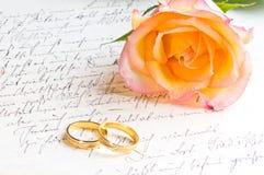 Rosa, anelli sopra la lettera scritta a mano Fotografia Stock
