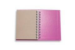Rosa anmärkningsbok som isoleras på vit bakgrund, med den snabba banan Arkivfoton