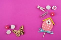 Rosa Arbeitsschreibtisch mit Schmetterling lizenzfreie stockfotografie