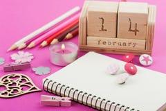 Rosa Arbeitsschreibtisch mit Valentinsgrußgegenständen lizenzfreies stockbild