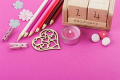 Rosa Arbeitsschreibtisch mit Valentinsgrußgegenständen lizenzfreie stockfotografie