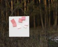 Rosa Aufkleber auf weißem Brett Lizenzfreies Stockfoto