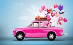 Rosa Auto mit Symbolen der Liebe, Feiertag, happyness  Lizenzfreie Stockbilder
