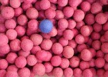 Rosa Bälle und gerade ein blauer Ball Kann mit Verschiedenartigkeit oder d verwendet werden lizenzfreie stockfotos