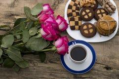 Rosa bästa sikt för rosor, för kaffe och för kakor Arkivbilder