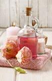 Rosa Badekurort eingestellt: Flüssigseife, duftende Kerze, Tuch und rosafarbenes Meer sa Lizenzfreie Stockfotos