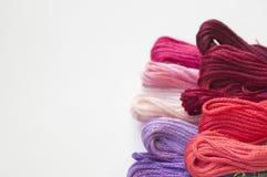 Rosa bakgrund för bomullsbroderifloss Arkivbilder