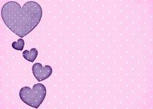 Rosa bakgrund för Polkaprickar med purpura hjärtor Arkivfoton