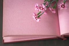 Rosa bakgrund för tappningfotoalbum med blommor Royaltyfri Foto