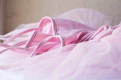 Rosa ballerinakjol på tabellen Fotografering för Bildbyråer