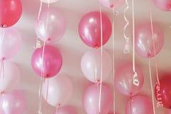 Rosa Ballone an der Decke Stockbild