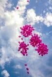 Rosa Ballone in einem blauen Himmel stockbilder