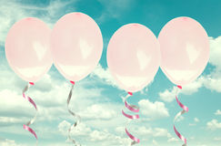 Rosa baloons im Himmel Stockfotos