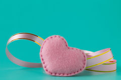 Rosa band och hjärta på rosa bakgrund Royaltyfria Bilder