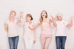 Rosa band på corkboard Royaltyfria Foton