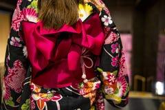 Rosa band på japansk traditionell kläder av kimonot Ung flicka som bär den japanska kimonot Klä kimonot royaltyfri foto