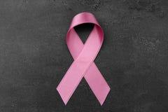 Rosa band på mörk bakgrund stämpel för fund för find för bröstcancerbotslagsmål post Fotografering för Bildbyråer
