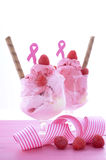 Rosa bandvälgörenhet för kvinnors vård- glasscoupe med garnering för medvetenhetglass arkivbilder