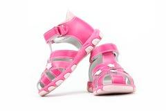 Rosa barns sandals som isoleras på white. royaltyfri bild
