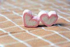 Rosa begrepp för valentin för marshmallowhjärtaform Royaltyfri Fotografi