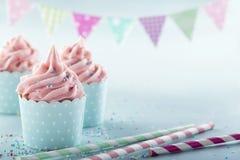 Rosa bereifte kleine Kuchen Stockbilder