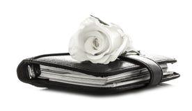 Rosa bianca sul Filofax nero Immagini Stock