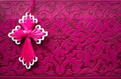 Rosa Bibel mit handgemachtem rosa Kreuz auf ihm Stockfotografie