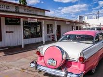 Rosa bil för tappning på rutt 66, arizona, USA Royaltyfria Bilder