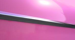 Rosa bil och Chrome klippning Royaltyfri Fotografi