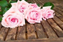 Rosa blühende Rosen auf Holz Lizenzfreie Stockbilder