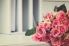 Rosa blühende Rosen auf Holz Stockfotos