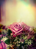 Rosa blasser rosafarbener Blumenstrauß auf Pastellhintergrund, Abschluss oben Stockbilder