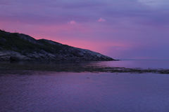 Rosa blauer Sonnenuntergang in der Bucht stockfotografie