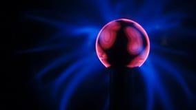Rosa Blaulicht-Wellen-Plasma-Ball-Energie-Strom-Feld-Schwarz-Hintergrund stock video footage