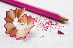 Rosa Bleistift und Bleistiftschnitzel auf Notizbuch Stockbilder