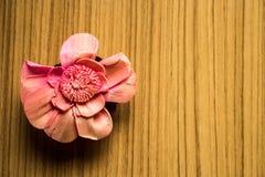Rosa Blumen auf einem hölzernen Braun stockbilder