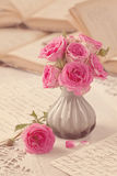 Rosa Blumen, Buchstaben und Bücher Stockfotos