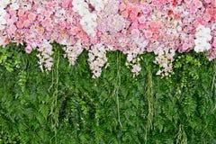 Rosa Blumen des Hintergrundes und grüne Blattanordnung für die Heirat von CER Lizenzfreie Stockfotos