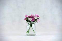 Blumen in einer Glasflasche Stockfotos