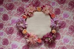 Rosa Blumen und runder Korb auf zartem rosa Hintergrund Lizenzfreie Stockbilder