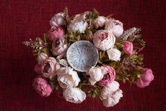 Rosa Blumen und runder Korb auf zartem rosa Hintergrund Lizenzfreie Stockfotos