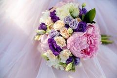 Rosa Blumenstrauß einer Braut auf einem rosa Hintergrund lizenzfreie stockfotos