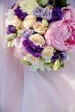 Rosa Blumenstrauß einer Braut auf einem rosa Hintergrund stockfotos