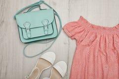 Rosa blus, vita skor, handväska trendigt begrepp spelrum med lampa Royaltyfri Foto