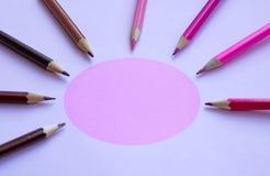 Rosa blyertspennor i en halvcirkel - kopiera utrymme Arkivbild