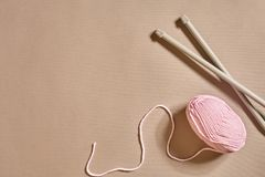 Rosa boll för handarbetegarn och bästa sikt för stickor Arkivbilder