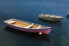 Rosa Boot im Meer Stockfotos