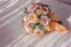 Rosa bröllopbukett med den orange pilbågen Arkivfoto